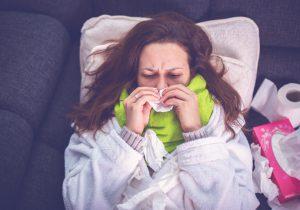 Bilden visar en kvinna med influensa